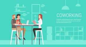 Scrittorio di seduta dell'ufficio di Coworking della gente creativa del centro insieme, campus universitario degli studenti illustrazione vettoriale