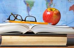 Scrittorio di studio con Apple ed i libri Fotografie Stock Libere da Diritti
