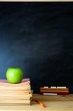 Scrittorio e lavagna dell'insegnante Immagini Stock Libere da Diritti