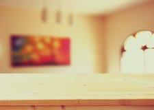 Scrittorio e salone di legno con la finestra d'annata e la pittura Immagine filtrata Indicatore luminoso naturale Fotografie Stock