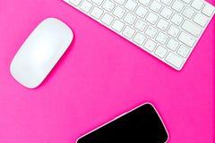 Scrittorio e tecnologia sul rosa vivo Colore rosa di plastica fotografie stock