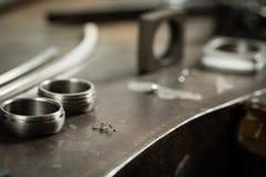 Scrittorio funzionante per la fabbricazione dei gioielli del mestiere Immagini Stock Libere da Diritti