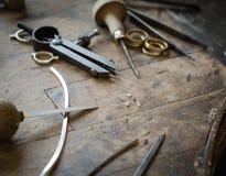 Scrittorio funzionante per la fabbricazione dei gioielli del mestiere Immagine Stock