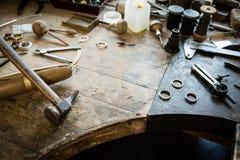 Scrittorio funzionante per la fabbricazione dei gioielli del mestiere Fotografia Stock
