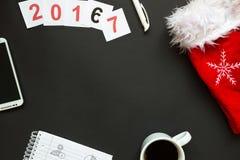 Scrittorio nero dell'ufficio con la vista superiore della decorazione del nuovo anno e di Natale Immagine Stock