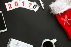 Scrittorio nero dell'ufficio con la vista superiore della decorazione del nuovo anno e di Natale Fotografia Stock
