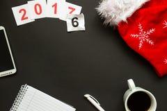 Scrittorio nero dell'ufficio con la vista superiore della decorazione del nuovo anno e di Natale Immagini Stock