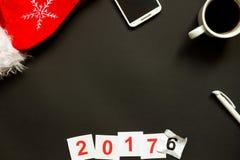 Scrittorio nero dell'ufficio con la vista superiore della decorazione del nuovo anno e di Natale Immagini Stock Libere da Diritti