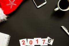 Scrittorio nero dell'ufficio con la vista superiore della decorazione del nuovo anno e di Natale Fotografie Stock