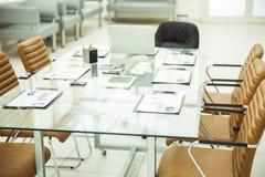 Scrittorio per i negoziati con i grafici ed i mobili d'ufficio finanziari pronti nell'auditorium prima dell'affare Fotografia Stock