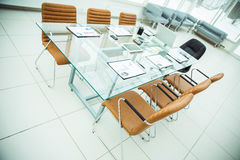 Scrittorio per i negoziati con i grafici ed i mobili d'ufficio finanziari pronti nell'auditorium prima dell'affare Immagini Stock Libere da Diritti