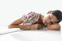 Scrittorio stanco di Sleeping At Office della donna di affari Fotografie Stock