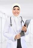 Scrittura asiatica musulmana di medico sul paperclip Immagini Stock Libere da Diritti