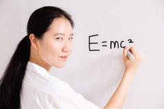 Scrittura cinese della ragazza della High School a bordo Fotografia Stock