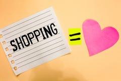 Scrittura concettuale della mano che mostra acquisto La foto di affari che montra i prodotti delle merci dell'acquisto del client Fotografie Stock