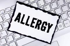 Scrittura concettuale della mano che mostra allergia La foto di affari che montra i danni nell'immunità dovuto ipersensibilità le Immagine Stock