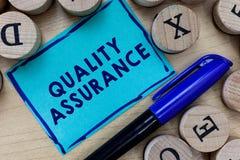Scrittura concettuale della mano che mostra assicurazione di qualità Il testo della foto di affari assicura un determinato livell fotografie stock