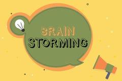 Scrittura concettuale della mano che mostra Brain Storming Testo della foto di affari che stimola discussione nuova di sviluppo d Royalty Illustrazione gratis