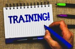 Scrittura concettuale della mano che mostra chiamata motivazionale di formazione Foto di affari che montra attività organizzata p immagini stock libere da diritti