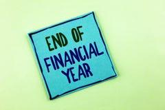 Scrittura concettuale della mano che mostra conclusione dell'anno finanziario Foto di affari che montra gli strati di costo della Fotografie Stock Libere da Diritti