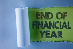 Scrittura concettuale della mano che mostra conclusione dell'anno finanziario Il testo della foto di affari tassa gli strati di c Immagini Stock Libere da Diritti