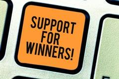 Scrittura concettuale della mano che mostra contributo ai vincitori Montrare della foto di affari dà l'assistenza a mostrare la d immagini stock libere da diritti