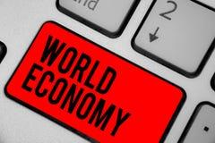 Scrittura concettuale della mano che mostra economia mondiale I mercati internazionali mondiali globali del testo della foto di a fotografie stock