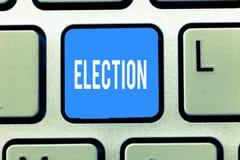 Scrittura concettuale della mano che mostra elezione Scelta convenzionale ed organizzata del testo della foto di affari dal voto  fotografia stock