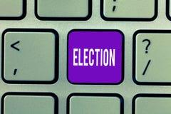 Scrittura concettuale della mano che mostra elezione Scelta convenzionale ed organizzata del testo della foto di affari dal voto  fotografie stock