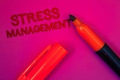 Scrittura concettuale della mano che mostra gestione dello stress Magenta di sanità di positività di rilassamento di terapia di m Fotografia Stock