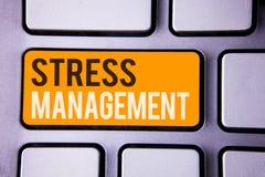 Scrittura concettuale della mano che mostra gestione dello stress Sanità co grigio di positività di rilassamento di terapia di me Immagine Stock Libera da Diritti