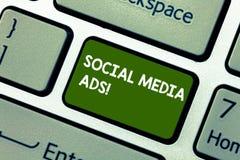 Scrittura concettuale della mano che mostra gli annunci sociali di media Foto di affari che montra pubblicità on line che fuoco s fotografie stock