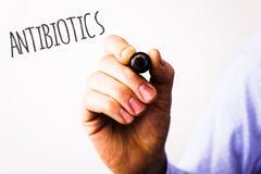 Scrittura concettuale della mano che mostra gli antibiotici Le foto di affari mandano un sms alla droga utilizzata nel trattament fotografia stock libera da diritti