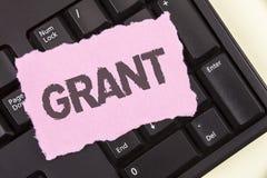 Scrittura concettuale della mano che mostra Grant Foto di affari che montra soldi dati da un'organizzazione o da un governo per u immagini stock