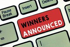 Scrittura concettuale della mano che mostra i vincitori annunciati Annuncio del testo della foto di affari chi ha vinto il concor immagini stock libere da diritti