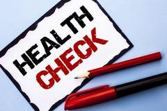Scrittura concettuale della mano che mostra il controllo sanitario La diagnosi dell'esame medico del testo della foto di affari p fotografia stock