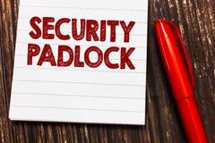Scrittura concettuale della mano che mostra il lucchetto di sicurezza Foto di affari che montra ente acciaio temperato e doppia c fotografie stock libere da diritti