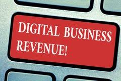 Scrittura concettuale della mano che mostra il reddito di affari di Digital Reddito del testo della foto di affari dalle vendite  fotografia stock libera da diritti