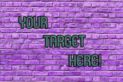 Scrittura concettuale della mano che mostra il vostro obiettivo qui Il testo della foto di affari è messo a fuoco sulla vostra st fotografie stock