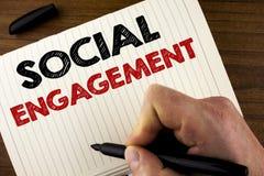 Scrittura concettuale della mano che mostra impegno sociale La foto di affari che montra la posta ottiene gli alti annunci SEO Ad Immagine Stock