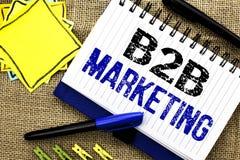 Scrittura concettuale della mano che mostra introduzione sul mercato di B2B Foto di affari che montra wri tra imprese di commerci Fotografia Stock