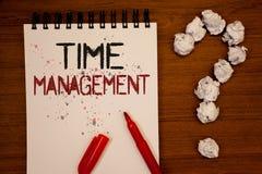 Scrittura concettuale della mano che mostra la gestione di tempo La foto di affari che montra il programma ha progettato per Job  fotografie stock libere da diritti