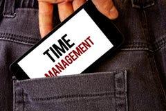 Scrittura concettuale della mano che mostra la gestione di tempo La foto di affari che montra il programma ha progettato per Job  fotografia stock libera da diritti