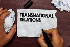 Scrittura concettuale della mano che mostra le relazioni sopranazionali Diplomazia internazionale di relazione di politica global immagini stock