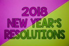 Scrittura concettuale della mano che mostra le risoluzioni di 2018 nuovi anni Foto di affari che montra lista degli scopi o degli Immagini Stock Libere da Diritti
