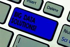 Scrittura concettuale della mano che mostra le soluzioni di Big Data Testo della foto di affari significare volume massiccio di e immagini stock libere da diritti