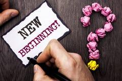 Scrittura concettuale della mano che mostra a nuovo inizio chiamata motivazionale Immagine Stock