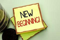 Scrittura concettuale della mano che mostra a nuovo inizio chiamata motivazionale Foto di affari che montra vita cambiante w di c Immagini Stock