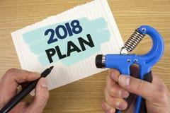 Scrittura concettuale della mano che mostra piano 2018 Foto di affari che montra gli scopi provocatori di idee affinchè motivazio Immagini Stock