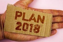 Scrittura concettuale della mano che mostra piano 2018 Foto di affari che montra gli scopi provocatori di idee affinchè motivazio Immagini Stock Libere da Diritti